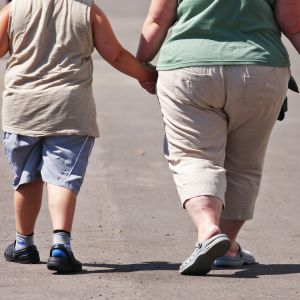 Ylipainoiset äiti ja lapsi.