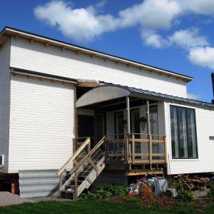 Vihdin konttitalo on rakennettu neljästä käytetystä merikontista ja vanhasta grillikioskista.
