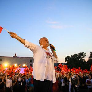 Kuvassa Albanian pääministeri Edi Rama heiluttaa maan lippua kampanjatilaisuudessa kesäkuussa 2017.
