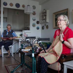 lähihoitaja ja vanhus pyörätuolissa