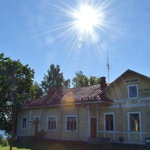 Nummenkylän Kylätalo paistattelee auringossa