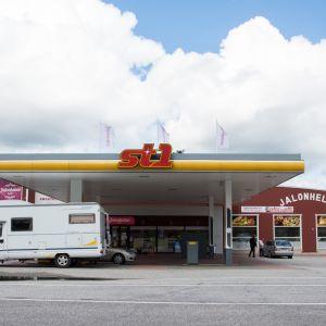 ST1:sen kylmäasema ja Jalonhelmi-kahvila Suomussalmella.