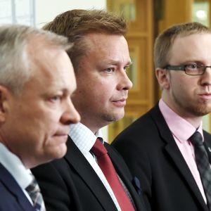 Hallituspuolueitten eduskuntaryhmien puheenjohtajat Kalle Jokinen (kok.), Antti Kaikkonen (kesk.) ja Simon Elo (uv.).