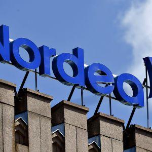 Nordean valomainos talon katolla Helsingin keskustassa perjantaina 12. toukokuuta.