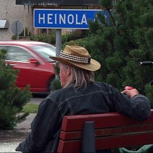 Matti istuu keskustassa