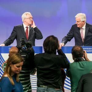 Britannian brexit-ministeri David Davis (vas.) ja EU:n neuvotteluvastaava komissaari Michel Barnier