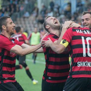 KF Shkendijan pelaajat juhlivat Ivan Celikocicin maalia.