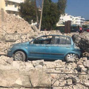 Romuttunut auto keskellä maanjäristyksen tuhoamaa kaupunkia Kreikan Kos:n saarella