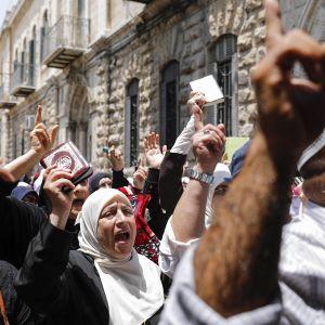 Muslimit protestoivat Jerusalemin vanhan kaupungin portilla.