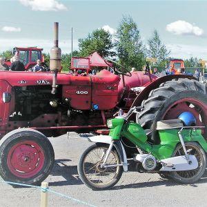 Vanhoja traktoreita traktorien missikisoista Lapuan Tiistenjoella.