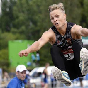 Kristian Bäck vauhdissa miesten pituuden karsinnassa yleisurheilun Kalevan kisoissa Seinäjoella 2017.