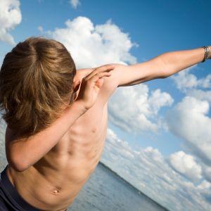 10-vuotias Aatos Räikkönen halusi näyttää Isosaaren rannalla, miten dab-liike tehdään.