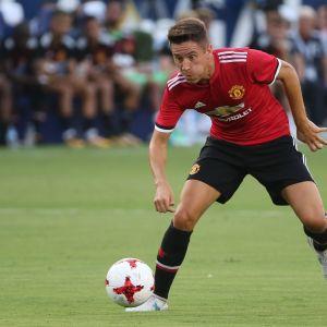 Manchester Unitedin Ander Herrera harhauttaa.