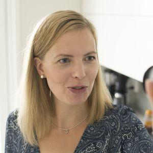 Janita Koljonen kamera kädessä.