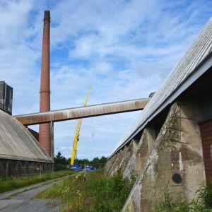 Vanha Sokeritehtaan piippu puretaan Vaasan Vaskiluodossa.