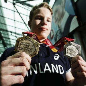 Samuel Purola esitti mitaleitaan maanantaina Helsinki-Vantaan lentoasemalla.