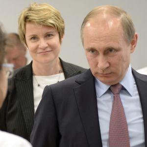 Vladimir Putin katsoo keskustelukumppaaniaan kulmien alta.