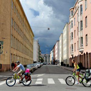 Polkupyöräilijöitä Hietalahdessa Helsingissä 22. heinäkuuta.
