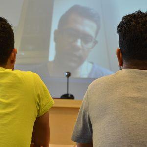Turvapaikanhakijat kuuntelevat tulkin käännöstä rippikoulussa Imatralla.