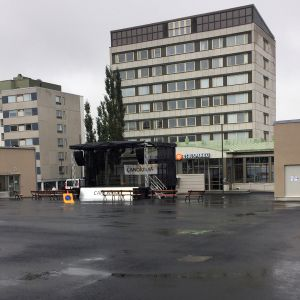 Kuvassa Pietarsaaren tori, jossa näkyy kaksi sisäänkäyntiä torin alaiseen parkkihalliin