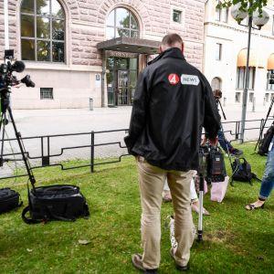 Toimittajat odottelivat Ruotsin hallituksen rakennuksen Rosenbadin ulkopuolella 26. heinäkuuta.