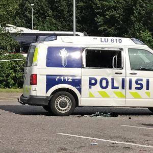Poliisiauto, jonka ikkuna on rikki.