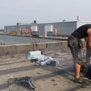 Kattotyöntekijät työssään
