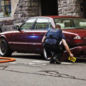 Poliisi tutkii autoa, jolla ajoi jalankulkijoiden päälle.