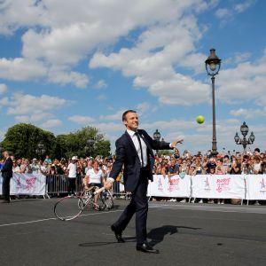 Emmanuel Macron pelasi tennistä Pariisin olympialaisten puolesta kesäkuussa.