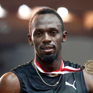 Usain Bolt esittelee Monacon voittomitalia.
