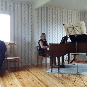 Pianisti Elina Jääskelä säestää viulisti Janne Jääskelää.