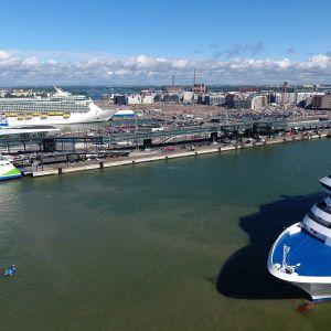 Matkustajalaivoja Länsisatamassa 4. heinäkuuta.