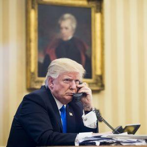 Yhdysvaltain presidentti Donald Trump puhuu puhelimessa.