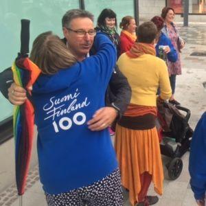 Ihmisiä halaamassa toisiaan Kouvolan kävelykadulla Positiiviset ihmiset Kouvolassa -ryhmän tapahtumassa