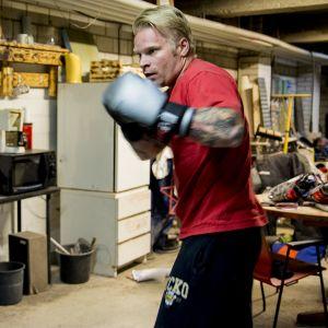 Mikko Leskinen hakkaa nyrkkeilysäkkiä