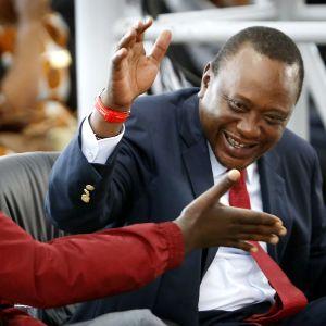 Presidentti Uhuru Kenyatta (oik) ja varapresidentti William Ruto kirkossa sunnuntaina.