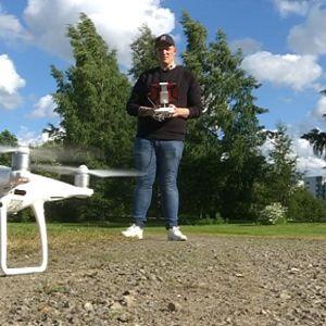 Markus Koskinen lennättää dronea