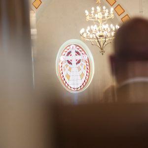 Seurakuntalainen kirkossa.