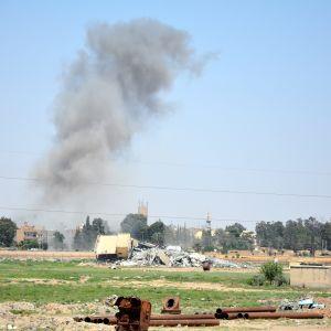 Savupilvi kohoaa taisteluiden jälkeen Raqqan kaupungissa, Syyriassa kesäkuussa 2017.