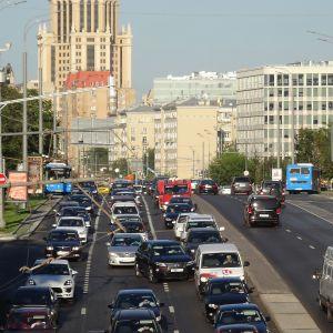 Paremmat tiet ja turvallisemmat autot ovat johtaneet liikennekuolemien vähenemiseen.