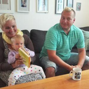Hirvosen perhe Taija, Senja ja Jani Hirvonen.