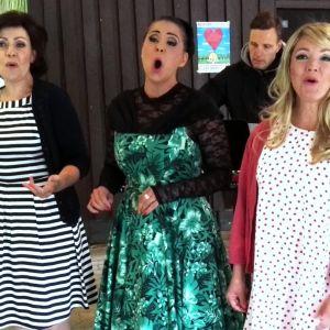 Kolme naista laulavat kesäteatterin kulisseissa