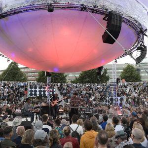 Roy Ayers ja yleisöä Flow Festivaalissa.