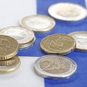 kolikoita Suomen lipun päällä