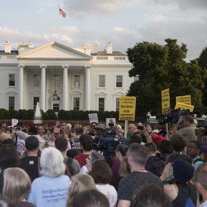 Mielenosoittajia, taustalla Valkoinen talo.