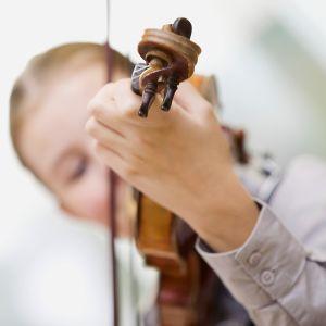 tyttö soittaa viulua