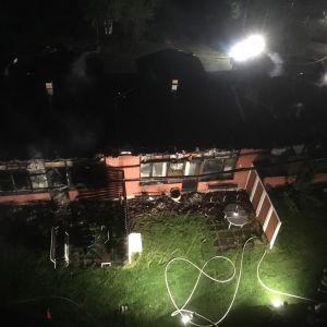 Tulipalossa tuhoutunut rivitalo ylhäältä päin kuvattuna.