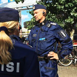 Poliisit Helsingin Kontulassa