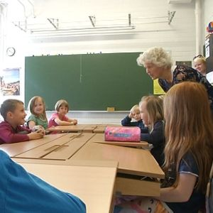 Alakoulun oppilaat koululuokassa.