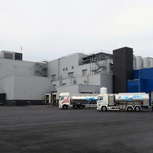 Rekkoja uuden tehtaan pihamaalla